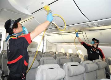 ニュース画像:成田空港で航空機内を抗ウイルス加工 JAL、東京五輪見据え 7月中旬までに230機