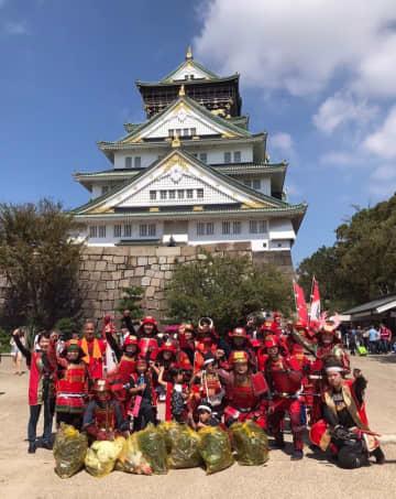 いったい何者!? 刀を火バサミに持ち替えて…大阪城に馳せ参じる赤い甲冑に六文銭の武士たち