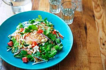 冷蔵庫のない書店の雑誌付録に「新鮮サラダ」!? 食品宅配サービスOisixと雑誌「VERY」がコラボ