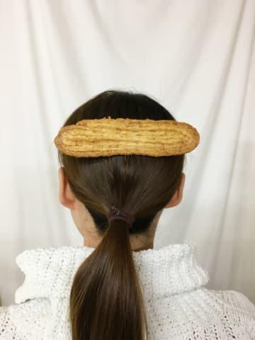 「うなぎパイ、髪に付いてるよ」現代美術作家が作ったリアル「うなぎパイ」バレッタに「食べたくなっ...