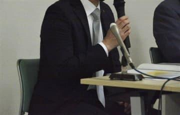 水上村長からのパワハラ被害を訴える原告の男性職員=10日、熊本市中央区
