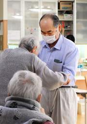レクリエーションを指導する60代の職員=姫路市