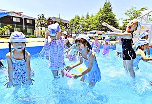 青空の下、今年初めてのプールを楽しむ園児=10日午前、福島市・みその幼稚園