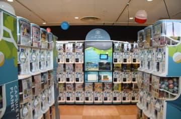たくさんのカプセルトイ自販機が並ぶ店内の様子