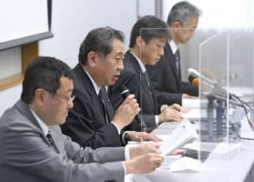新たに見つかった未完了工事の説明でマイクを握る東京電力の橘田昌哉新潟本社代表(左から2人目)=10日、柏崎刈羽原発