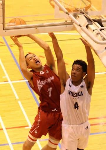 【バスケットボール男子決勝リーグ・小林―延岡学園】第4クオーター、シュートを放つ小林の石川響(左)