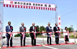 テープカットで開通を祝う品川市長(左から3人目)、宗像所長(同4人目)ら