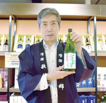 うま味とコクがあふれる夏限定酒「甕口酒」を勧める矢尾本店の豊田哲也取締役=秩父市別所