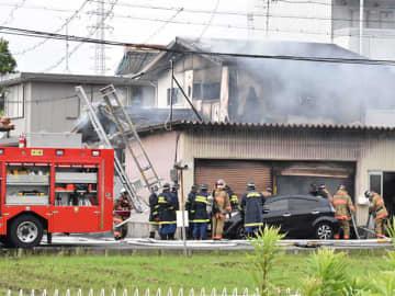 火災があった民家=11日午前7時25分、大垣市東町