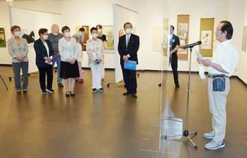 「日・韓美術交流展」開会式であいさつする金石出さん(右)=10日、大阪市北区の駐大阪韓国文化院