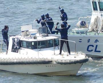 不審船上のテロリスト役を制圧する海上保安官=10日、大阪港