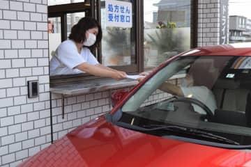 ドライブスルーで薬を受け取る機能を備えた「おやまドライブスルー薬局」=8日、小山市