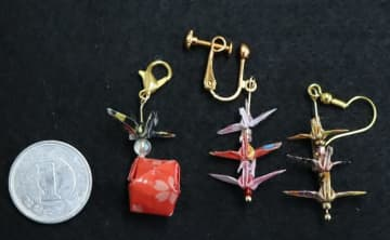 上田さんが製作した(右から)ピアス、イヤリング、チャーム