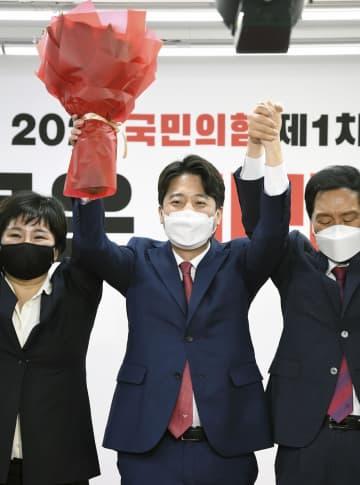 11日、韓国の保守系最大野党「国民の力」の新代表に選出された李俊錫氏(中央)=ソウル(共同)
