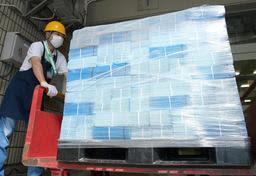 64歳以下の市民に発送が始まった新型コロナウイルスワクチンの接種券=11日午前、神戸市中央区栄町通6(撮影・秋山亮太)