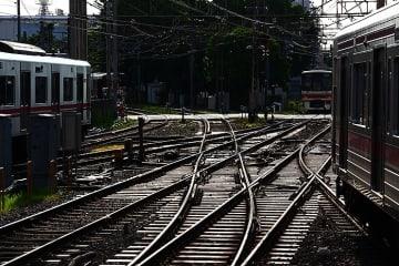 ニュース画像:「調布駅 複線分岐時代、弾性可動式ダイヤモンドクロッシングの平面交差を行き交う電車と人」