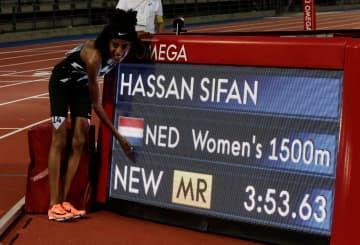 陸上のダイヤモンドリーグ第3戦、女子1500mを制し、「大会新」の電光掲示板の前でポーズを取るシファン・ハッサン=10日、フィレンツェ(ロイター=共同)