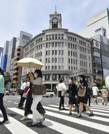 東京・銀座で日傘を差して歩く人たち=11日午後