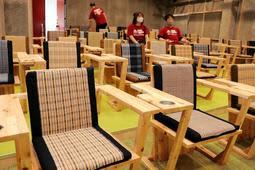 丹波布の織手24人が携わったミニシアター「ヱビスシネマ。」の座席=丹波市氷上町成松