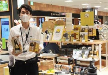外出自粛中の父親を想定した「家飲み」関連商品を充実させている「ハンズ ビー アミュプラザくまもと店」の売り場=熊本市西区