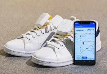 視覚障害者を目的地まで誘導する機器を付けた靴とスマートフォンのアプリ画面