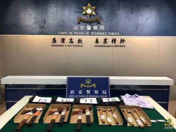 警察が公開した空き地で発見された斧や金槌などの証拠品(写真:マカオ治安警察局)