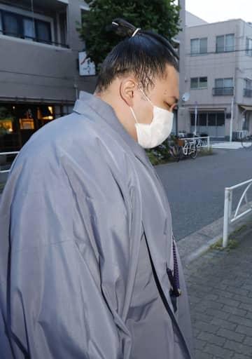 日本相撲協会の臨時理事会で6場所出場停止などの処分が決まった後、高砂部屋に戻った大関朝乃山=11日夕、東京都墨田区