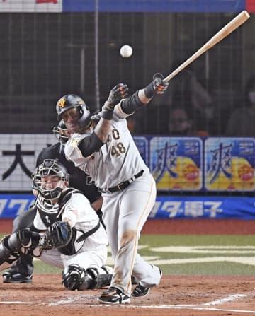 8回巨人無死二塁、ウィーラーが左中間に勝ち越し二塁打を放つ=ZOZOマリン
