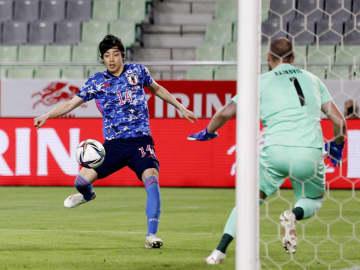 日本―セルビア 後半、先制ゴールを決める伊東。GKライコビッチ=ノエビアスタジアム神戸