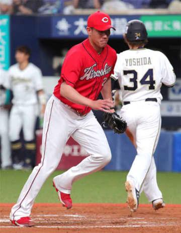 七回、オリックス1死満塁、杉本に先制の中前2点打を浴び、本塁のカバーに向かう中田(左)。右は三塁走者吉田正