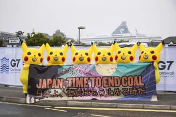 ピカチュウの着ぐるみ姿で、日本に石炭火力発電をやめるよう抗議する環境活動家ら=11日、英南西部コーンウォール(レオ・プランケット氏提供・共同)