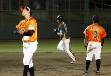 【愛媛MP―香川】9回にホームランを浴び、首をかしげる愛媛MP・河野(左)=東予球場