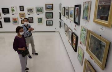 力作が並ぶ「夢ひろがる小品展」=11日午前、宮崎市・みやざきアートセンター
