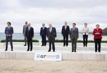 G7サミットで記念写真に納まる各国首脳ら。(左から)カナダのトルドー首相、ミシェルEU大統領、バイデン米大統領、菅首相、英国のジョンソン首相、イタリアのドラギ首相、フランスのマクロン大統領、フォンデア