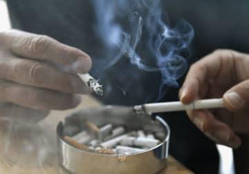 紙巻きたばこ1千億本割れ コロナ下で加熱式に移行 画像