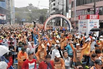 来年2月の大会中止が決まった熊本城マラソン。2020年は約1万4千人が参加した=熊本市中央区(後藤仁孝)