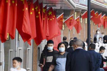 中国国旗が並ぶ、新疆ウイグル自治区ウルムチの国際大バザール周辺=5月(共同)