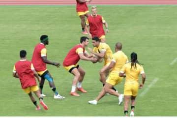 初戦を想定した練習を繰り返す男子7人制ラグビー・南アフリカ代表の選手ら=21日午後、鹿児島市の白波スタジアム