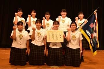 県高校生商業研究発表大会で最優秀賞に選ばれた小林秀峰高の生徒たち