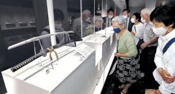 展示された加州刀を鑑賞する関係者=石川県立歴史博物館