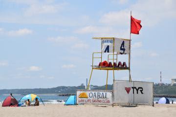 サメ対策のため遊泳禁止を示す「レッドフラッグ」が掲げられた大洗サンビーチ海水浴場=大洗町大貫町