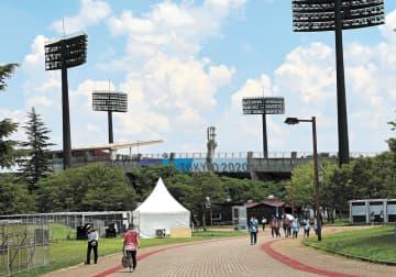 無観客でソフトボールの初戦が行われ、関係者のみが行き交う福島県営あづま球場=21日午後0時15分ごろ(藤井かをり撮影)