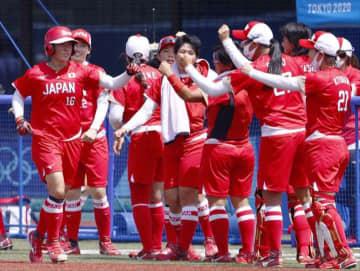 日本―オーストラリア 4回、2ランを放った藤田倭(左端)を迎える日本ナイン=福島県営あづま球場