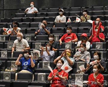 コールド勝ちを決める山本選手の本塁打を喜ぶパブリックビューイングの来場者=21日、高崎市の高崎芸術劇場