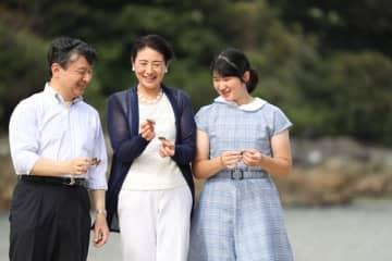 18年、三井浜で拾った貝を拾いながら談笑される天皇ご一家 /(C)JMPA