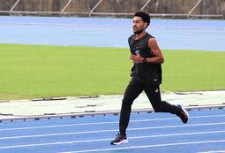 五輪に向け、1人で練習するカラロ・ヘポイテロト・メイブカ選手=加古川運動公園陸上競技場