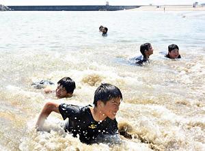 水遊びを楽しむ中学生ら=21日午前、新地町・釣師浜海水浴場