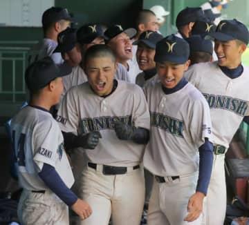 9回表都城西無死、田村(左から2人目)が右越え本塁打を放ち、ベンチで仲間と喜び合う=サンマリン