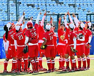 試合開始前、空を指さし開幕戦に臨むソフトボール日本代表=21日午前、福島市・あづま球場
