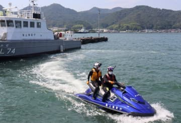 水上オートバイで海上を周回する職員ら(京都府舞鶴市下福井)